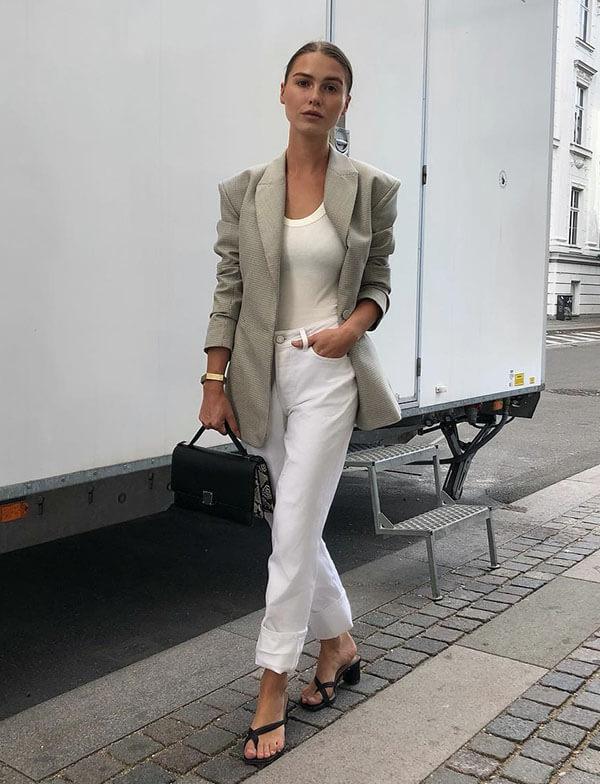 белые джинсы и белый топ с пиджаком