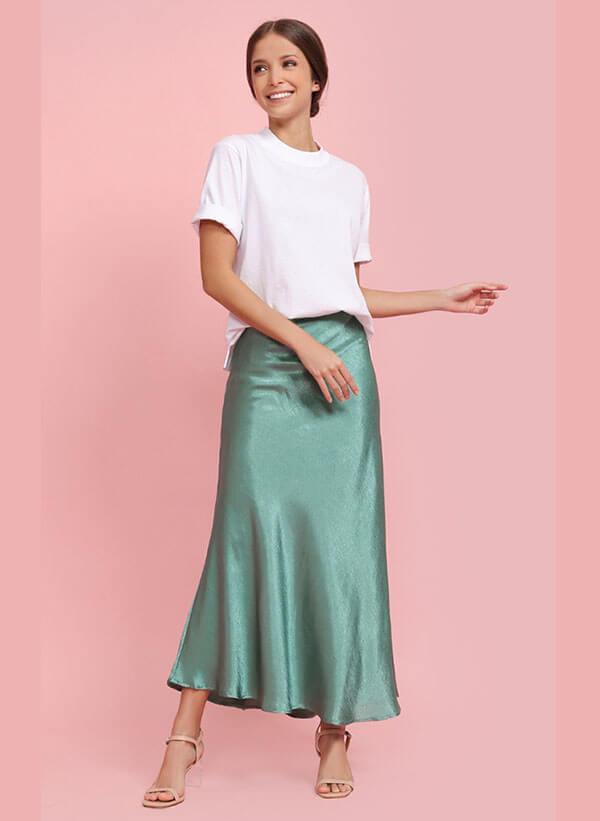 длинная зеленая атласная юбка