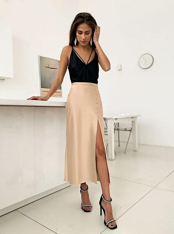 бежевая шелковая юбка