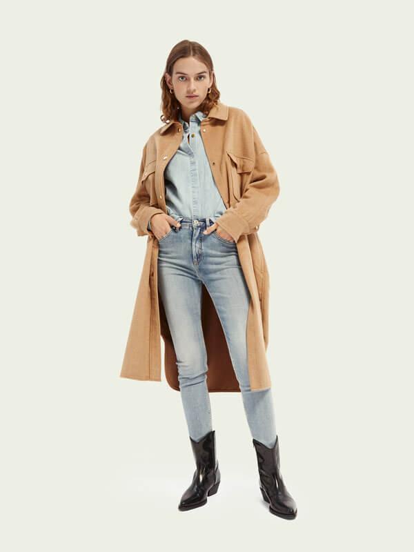 бежевое длинное пальто рубашка
